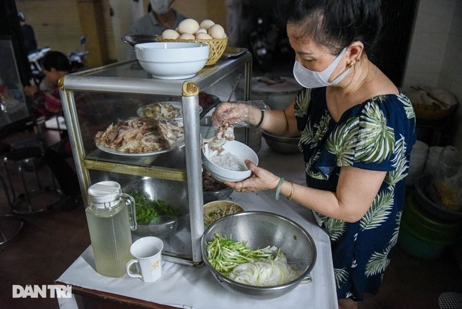 The rare commercial noodle shop left in Hanoi, sold out for 2 hours a day - 6
