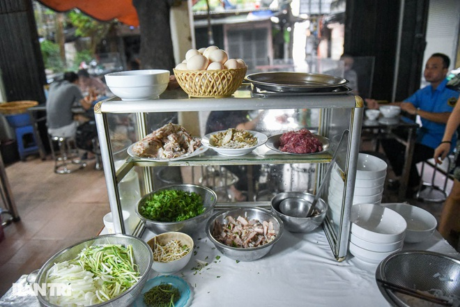 The rare commercial noodle shop left in Hanoi, sold out for 2 hours a day - 7