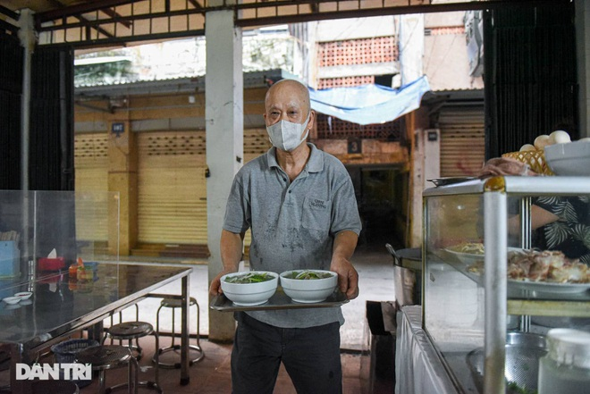 The rare commercial noodle shop left in Hanoi, sold out for 2 hours a day - 8
