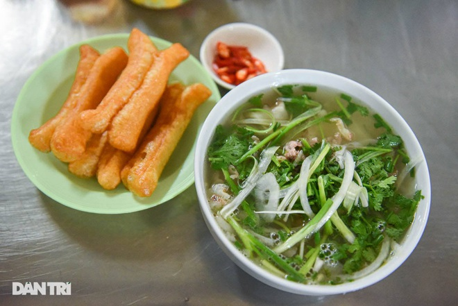 Rare commercial noodle shop left in Hanoi, sold out for 2 hours a day - 9