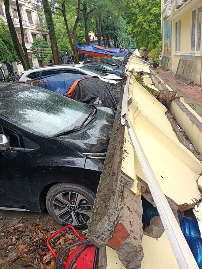 Hà Nội: 50 m tường rào bất ngờ đổ sập, đè bẹp 12 ô tô - 1