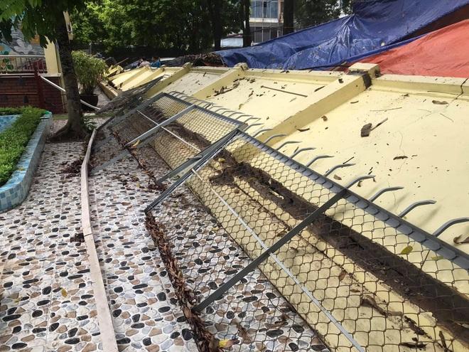 Hà Nội: 50 m tường rào bất ngờ đổ sập, đè bẹp 12 ô tô - 3