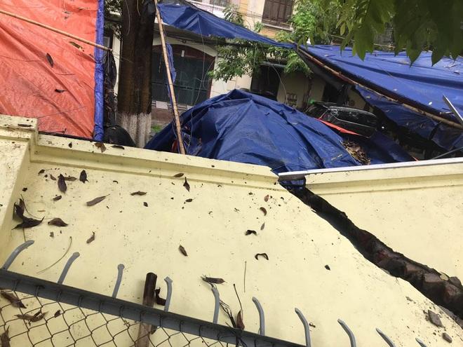 Hà Nội: 50 m tường rào bất ngờ đổ sập, đè bẹp 12 ô tô - 5