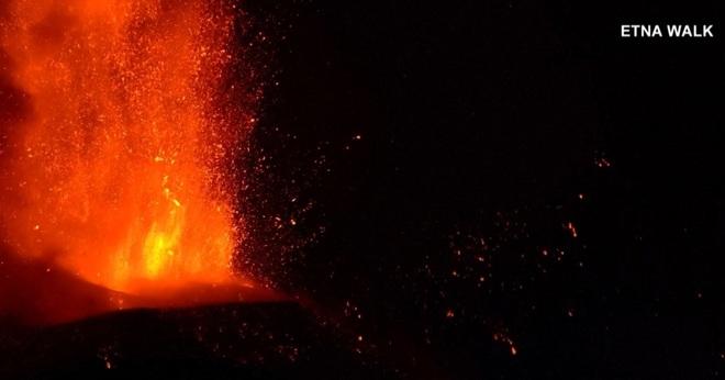 Núi lửa cao nhất châu Âu phun trào dung nham dữ dội - 1