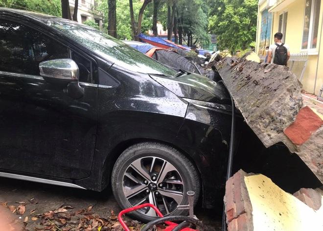 Hà Nội: 50 m tường rào bất ngờ đổ sập, đè bẹp 12 ô tô - 2