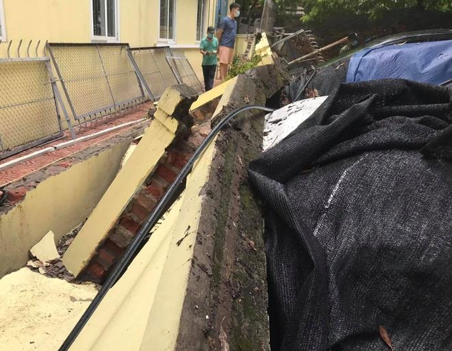 Hà Nội: 50 m tường rào bất ngờ đổ sập, đè bẹp 12 ô tô - 7