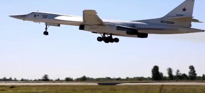 Máy bay ném bom Nga song kiếm hợp bích dội hỏa lực vào mục tiêu - 1