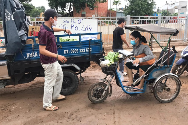 Vợ chồng giáo viên ở Sài Gòn mở siêu thị 0 đồng, mang chợ đến người nghèo - 2