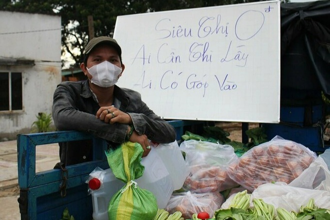 Vợ chồng giáo viên ở Sài Gòn mở siêu thị 0 đồng, mang chợ đến người nghèo - 1