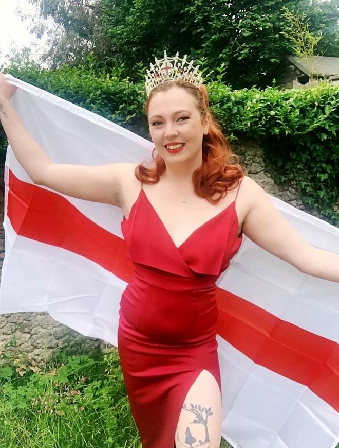 Dàn thí sinh thi Hoa hậu cổ vũ đội tuyển Anh vô địch Euro 2020 - 3