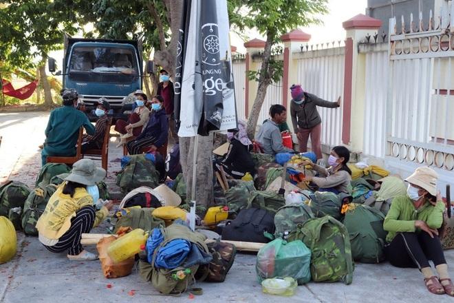 Quảng Ngãi: Sợ dịch Covid-19, hơn 40 lao động đi bộ hơn 400 km để về quê - 1