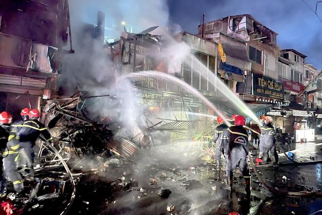 Cháy 3 căn nhà lúc rạng sáng ở Sài Gòn - 1
