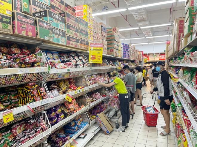 TPHCM: Người dân đổ xô mua sắm, tình hình cung ứng hàng hóa ra sao? - 2
