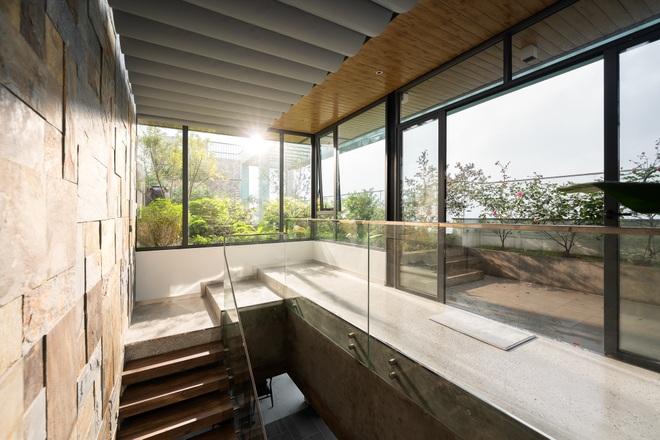 Vợ chồng chi tiền tỷ làm sân vườn, hồ cá Koi ở căn penthouse tầng 30 - 3