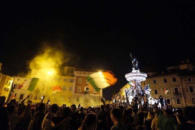 Cổ động viên Italia đi bão ăn mừng đội nhà vô địch Euro - 10