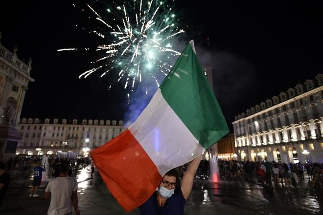 Cổ động viên Italia đi bão ăn mừng đội nhà vô địch Euro - 12