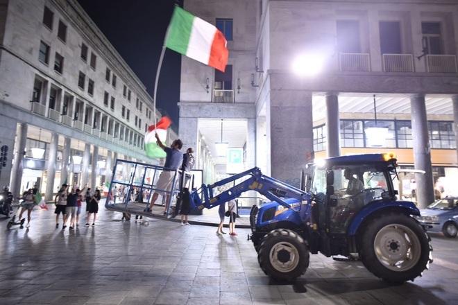 Cổ động viên Italia đi bão ăn mừng đội nhà vô địch Euro - 13