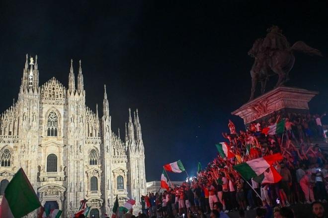 Cổ động viên Italia đi bão ăn mừng đội nhà vô địch Euro - 15