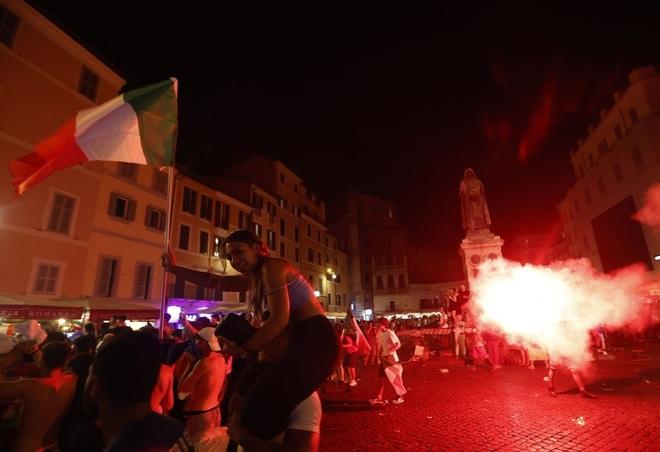 Cổ động viên Italia đi bão ăn mừng đội nhà vô địch Euro - 2