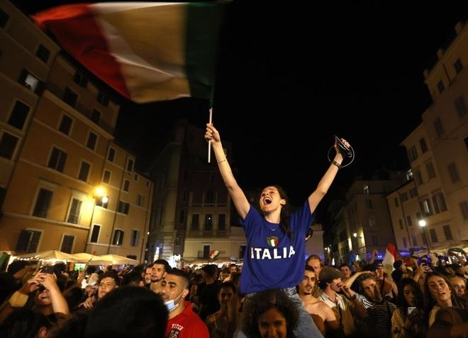 Cổ động viên Italia đi bão ăn mừng đội nhà vô địch Euro - 1