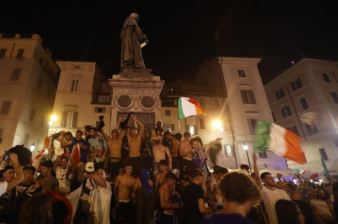Cổ động viên Italia đi bão ăn mừng đội nhà vô địch Euro - 7