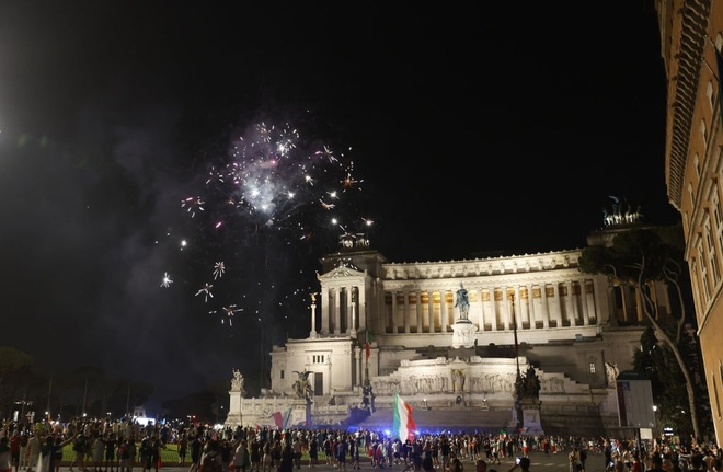 Cổ động viên Italia đi bão ăn mừng đội nhà vô địch Euro - 5