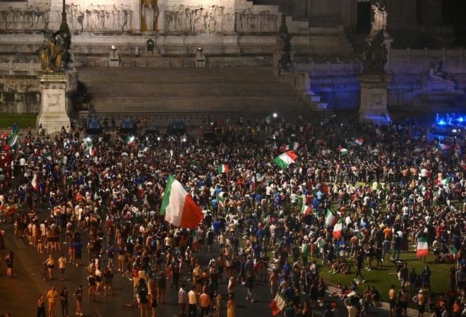 Cổ động viên Italia đi bão ăn mừng đội nhà vô địch Euro - 6
