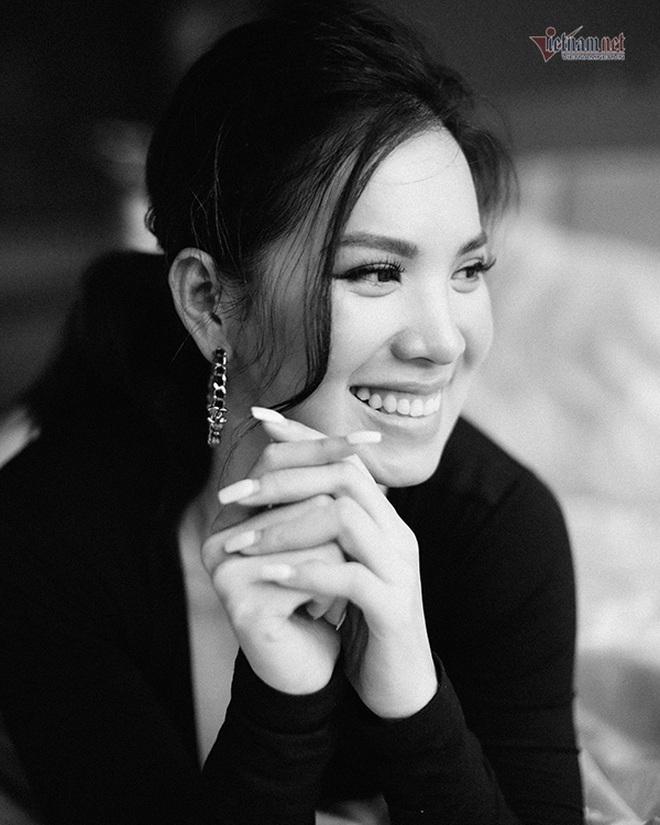Cuộc sống ít biết về Á hậu Hoàng Oanh quen mặt mọi sân bay Việt Nam