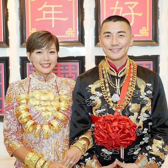 Cặp tình nhân nổi tiếng Hồng Kông đeo vàng trĩu cổ trong hôn lễ