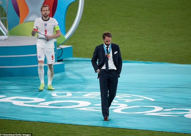 Choáng với hành xử trên sân cỏ: Cầu thủ giật phăng huy chương bạc, vì sao? - 5