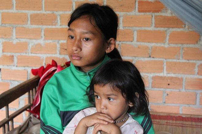 Thương bé gái 12 tuổi người loắt choắt chăm mẹ, đạp xe chở em đi học - 5