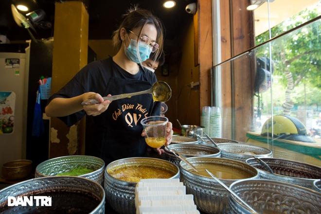 Cảnh shipper chen chúc trong hàng quán ở Hà Nội để lấy đồ ăn giao cho khách - 8
