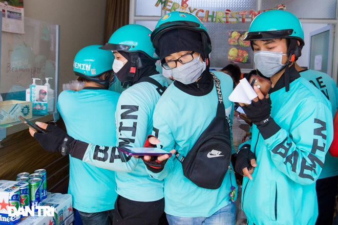 Cảnh shipper chen chúc trong hàng quán ở Hà Nội để lấy đồ ăn giao cho khách - 2