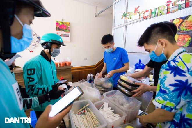 Cảnh shipper chen chúc trong hàng quán ở Hà Nội để lấy đồ ăn giao cho khách - 5