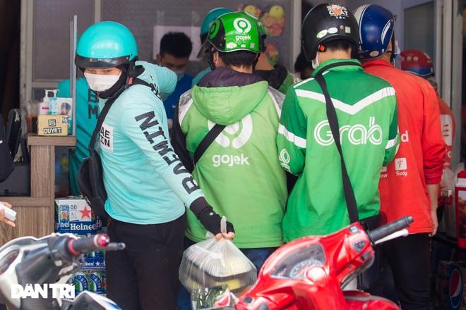 Cảnh shipper chen chúc trong hàng quán ở Hà Nội để lấy đồ ăn giao cho khách - 4