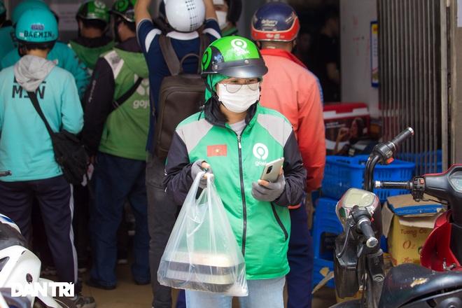 Cảnh shipper chen chúc trong hàng quán ở Hà Nội để lấy đồ ăn giao cho khách - 9
