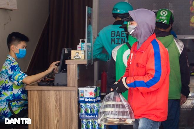 Cảnh shipper chen chúc trong hàng quán ở Hà Nội để lấy đồ ăn giao cho khách - 6