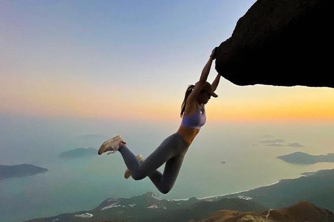 Bi kịch xảy tới với cô gái xinh đẹp chuyên chụp hình bên vách núi - 4