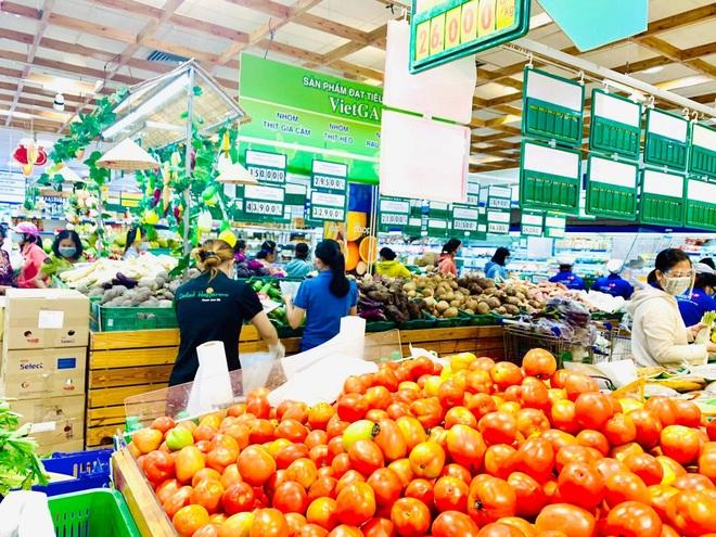TPHCM: Cảnh xếp hàng dài ngoài siêu thị trong ngày có tin đồn thất thiệt - 14