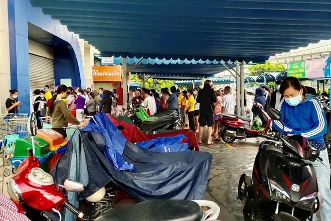 TPHCM: Cảnh xếp hàng dài ngoài siêu thị trong ngày có tin đồn thất thiệt - 1