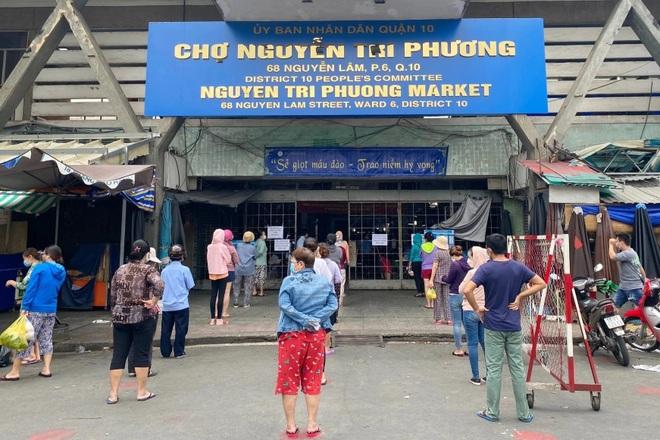 TPHCM: Cảnh xếp hàng dài ngoài siêu thị trong ngày có tin đồn thất thiệt - 10