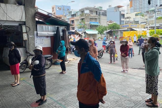 TPHCM: Cảnh xếp hàng dài ngoài siêu thị trong ngày có tin đồn thất thiệt - 11