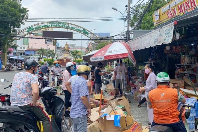 TPHCM: Cảnh xếp hàng dài ngoài siêu thị trong ngày có tin đồn thất thiệt - 12