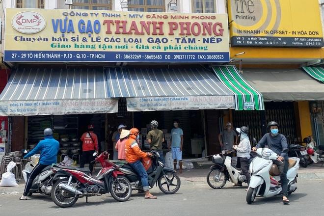 TPHCM: Cảnh xếp hàng dài ngoài siêu thị trong ngày có tin đồn thất thiệt - 13