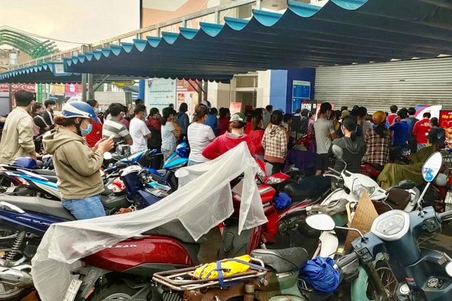 TPHCM: Cảnh xếp hàng dài ngoài siêu thị trong ngày có tin đồn thất thiệt - 2