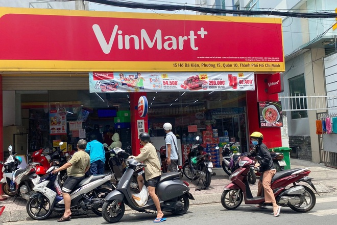 TPHCM: Cảnh xếp hàng dài ngoài siêu thị trong ngày có tin đồn thất thiệt - 3