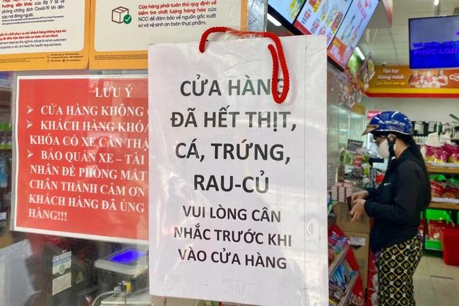 TPHCM: Cảnh xếp hàng dài ngoài siêu thị trong ngày có tin đồn thất thiệt - 4