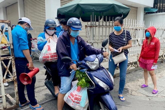 TPHCM: Cảnh xếp hàng dài ngoài siêu thị trong ngày có tin đồn thất thiệt - 7