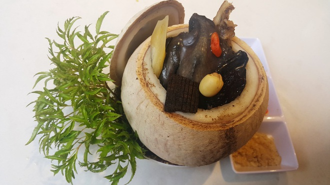 Cùng vào bếp trổ tài nấu món gà ác hầm nấm hương trong trái dừa - 1