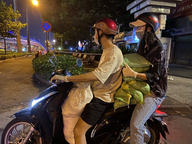 Hoa hậu Trần Tiểu Vy lăn xả vì cộng đồng trong mùa dịch
